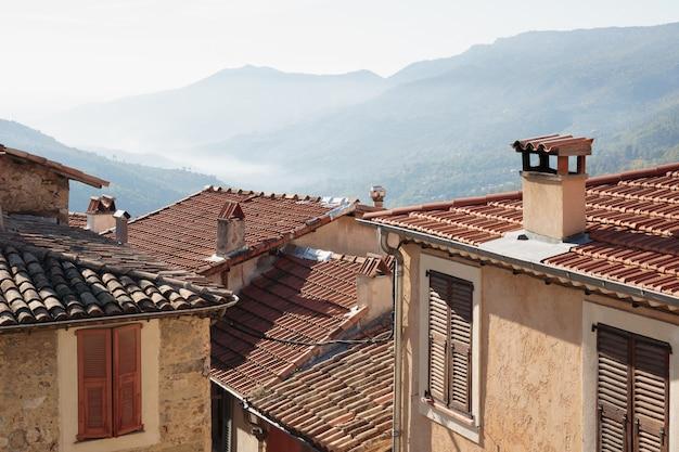 フランスの旧市街の瓦屋根の景色