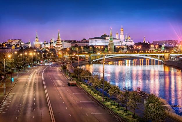 Вид на башни, церкви московского кремля и шоссе без машин