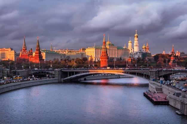 Вид на башни, церкви московского кремля под темными облаками