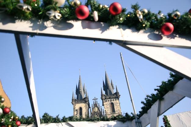 크리스마스 장식으로 둘러싸인 tyn 교회 탑의 전망