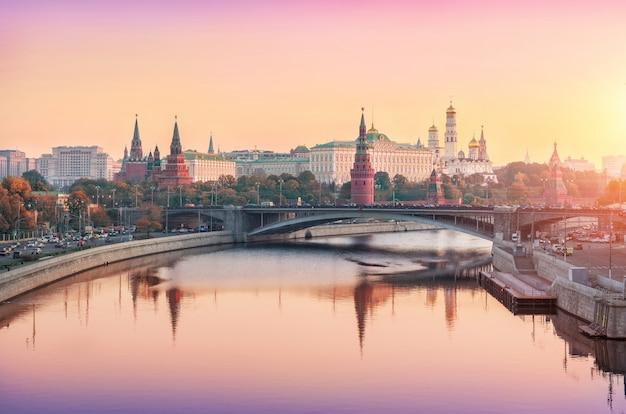 Вид на башни, храмы московского кремля ранним розовым солнечным утром
