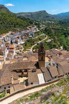 발렌시아 공동체의 산속에있는 chulilla 마을의 성에서 바라본 마을 전망