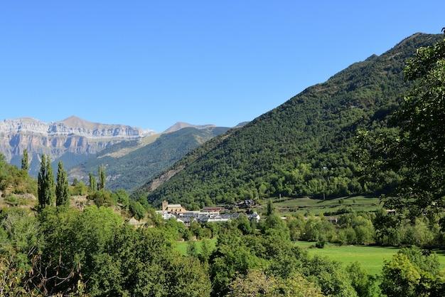 スペイン、アラゴン、ウエスカ県オトからのブロトの町の眺め