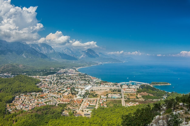 Вид на город кемер и море с горы. турция