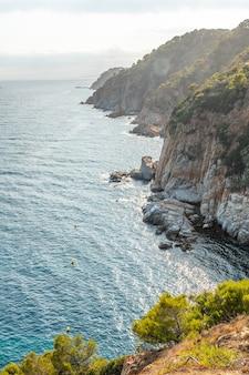 지중해 카탈로니아의 코스타 브라바에 있는 지로나 성에서 여름에 토사 데 마르(tossa de mar) 마을의 전망