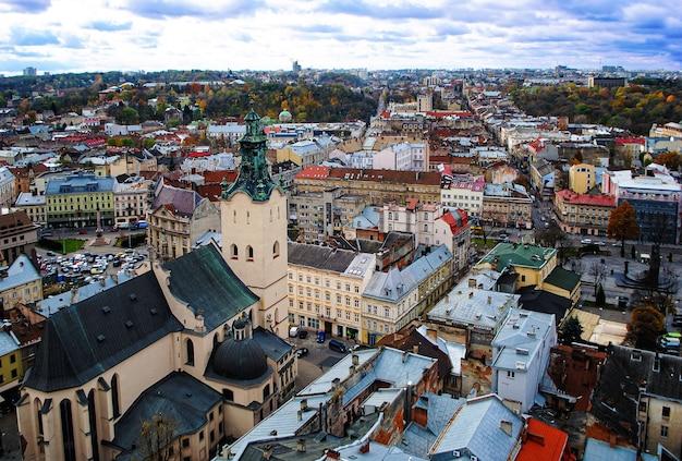 시청 높이에서 lviv 마을 광장의 전망.
