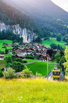 スイスのシュタウプバッハの村を通過する列車の眺め