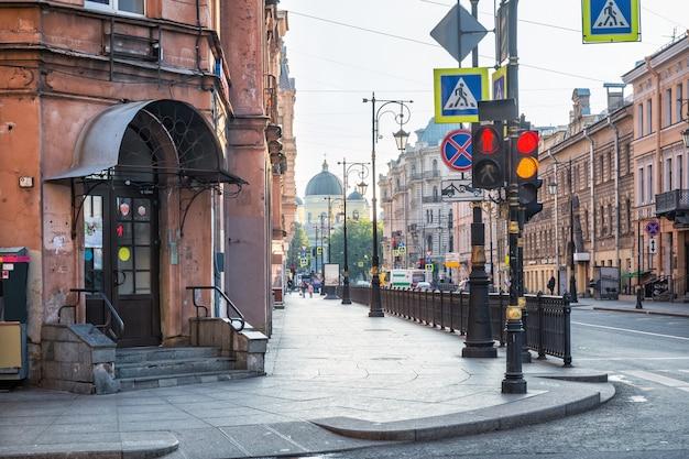 상트 페테르부르크의 pestel street에있는 변모 성당과 매장 입구 현관의 전망