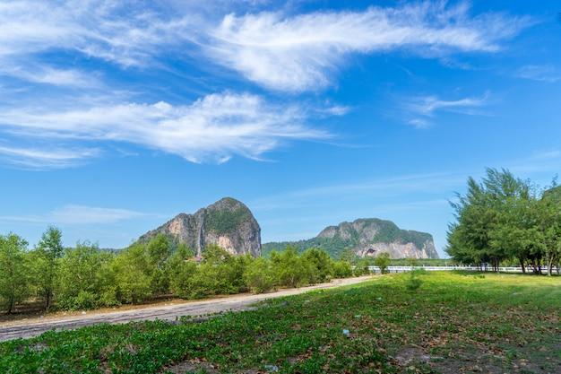タイ南部のpak meng港のビーチの木々や山々の眺め。