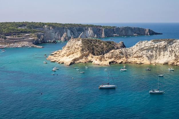トレミティ諸島の眺め。イタリア、サンドミノ島:先端の岩の多い海岸線の美しい景色。アドリア海。イタリア、プーリア。