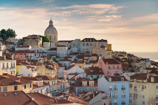 ポルトガル、リスボンの典型的なアルファマ地区の眺め。