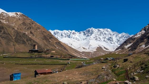 シュハラ山の麓にあるウシュグリ村の眺め。ラマリア修道院、古いロックタワー。旅行