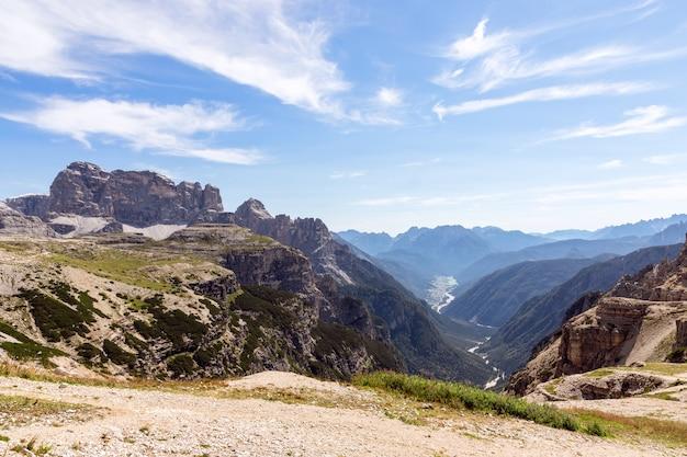 Вид на долину с озером мизурина. национальный парк тре чиме ди лаваредо. италия