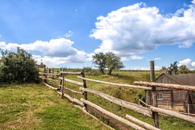 Вид на деревню вдоль забора