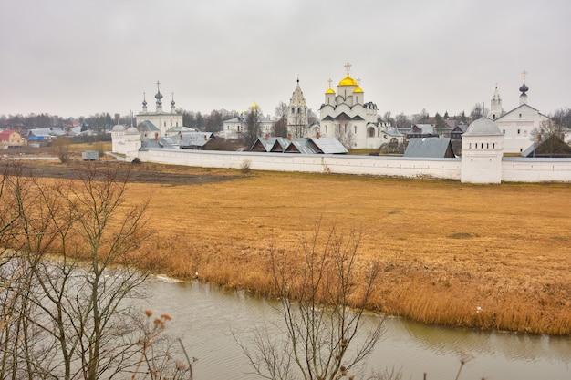 Вид на стены покровского монастыря в суздале