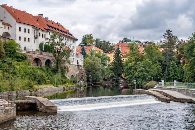Вид на плотину в чески-крумлов в чешской республике