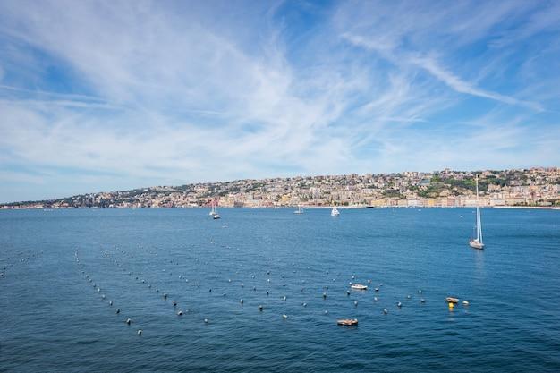 나폴리, 이탈리아의 해안에서 베이 서쪽 바다의 전망.