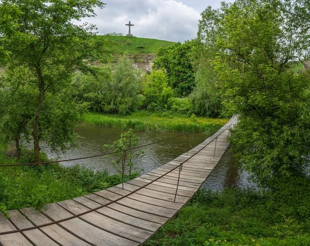 Kamianetspodilskyi 우크라이나의 smotrych river canyon 위에 있는 목조 다리의 전망