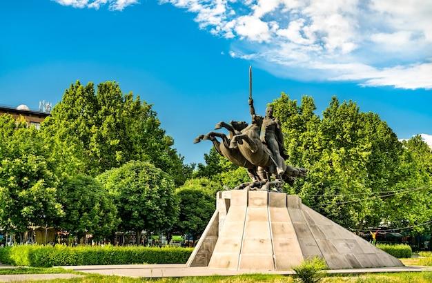 アルメニアのエレバンにあるゾラヴァル アンドラニック像の眺め