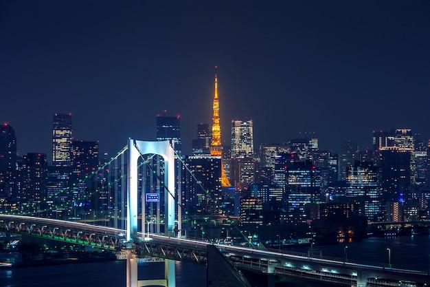 Вид на городской пейзаж токио ночью в японии.