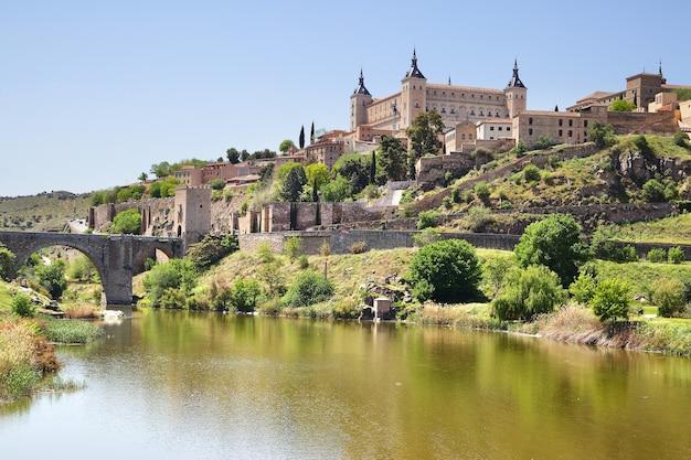 Вид на город толедо в испании