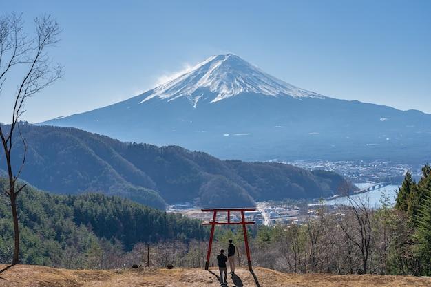 Вид на ворота тории храма асама с горы фудзи в фоновом режиме