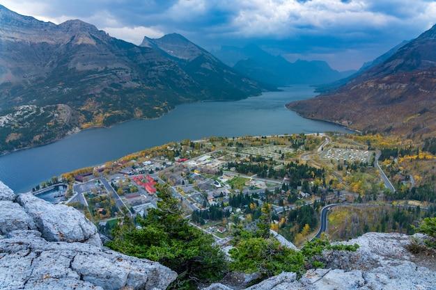 Вид на национальный парк уотертон-лейкс в сумерках. пейзаж в осенний сезон листвы. альберта, канада.