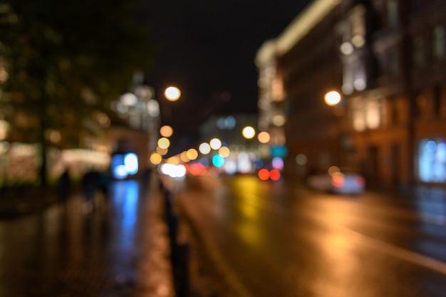 都市通り、夜景、ぼやけたボケ表現のトラフィックのビュー