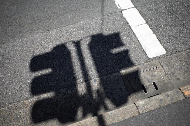 日光の影のある信号のビュー 無料写真