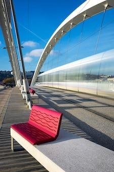 橋、リヨン、フランスを横切る路面電車の眺め。