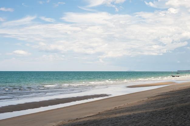 夏のタイ湾の熱帯の海の曇り空と静かなビーチの眺め