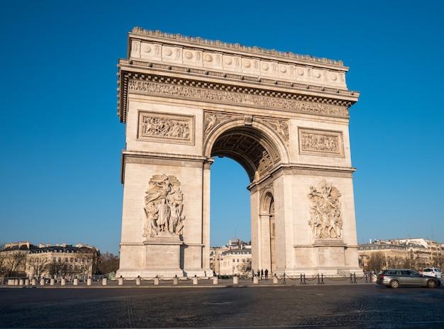 パリの凱旋門と交通の眺め。