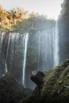 Вид на водопады тумпак севу, индонезия