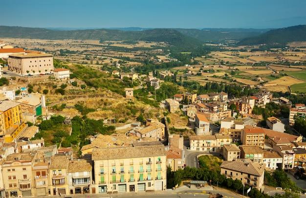 Вид типичного каталонского города. кардона