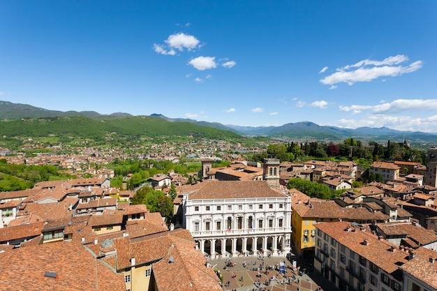 Вид на верхний город бергамо, старую площадь и библиотеку анджело май. итальянский средневековый город. панорама из италии