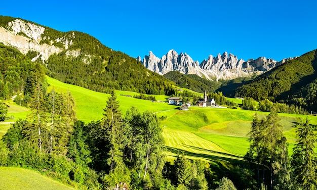Вид на валь-ди-фунес с церковью санта-маддалена в доломитовых альпах. всемирное наследие юнеско в южном тироле, италия