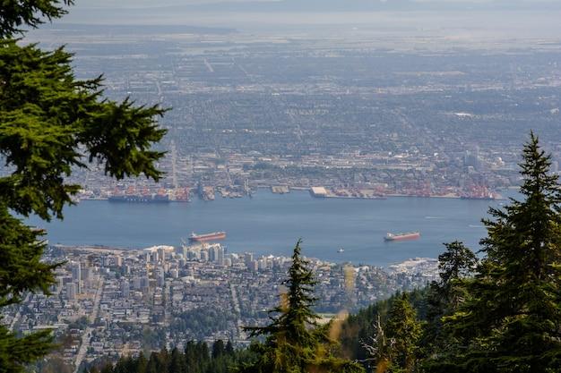 그라우스 산에서 바라본 밴쿠버의 전경. 아름다운 조감도