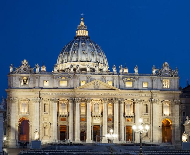 夜、ローマ、イタリアのバチカンのビュー