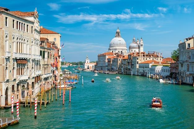 Вид на большой канал венеции и церковь санта-мария делла салют на закате