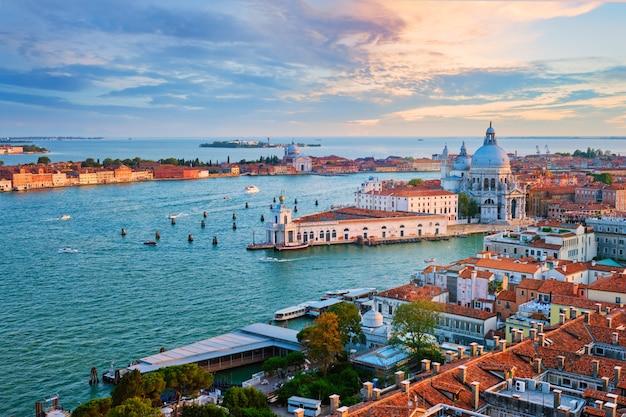 Вид на лагуну венеции и церковь санта-мария делла салюте. венеция, италия