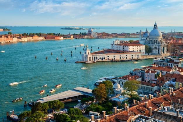 Вид венецианской лагуны и санта-мария делла салюте. венеция, италия