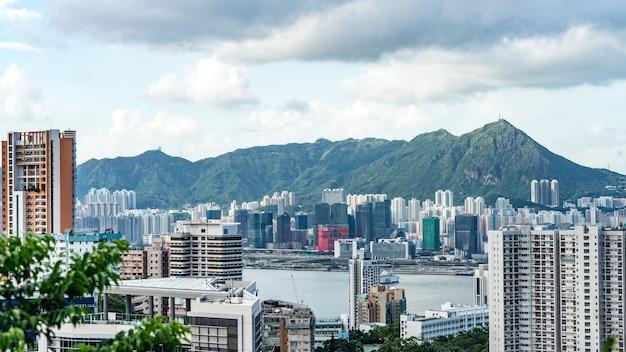 홍콩 빅토리아 피크(victoria peak)의 탁 트인 지점에서 빅토리아 항구(victoria harbour)와 고층 빌딩의 전망.