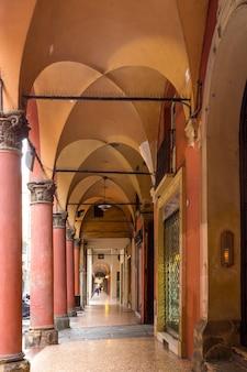 Вид на известные арки болоньи, италия