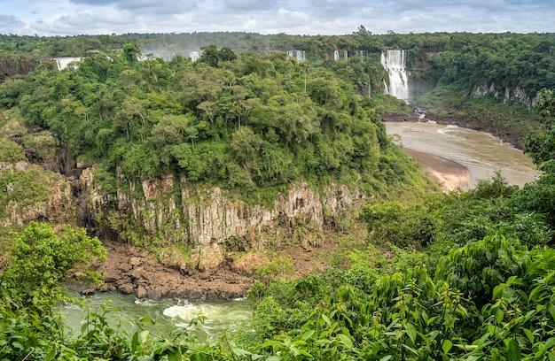 Вид на всемирно известные водопады игуасу в аргентине.