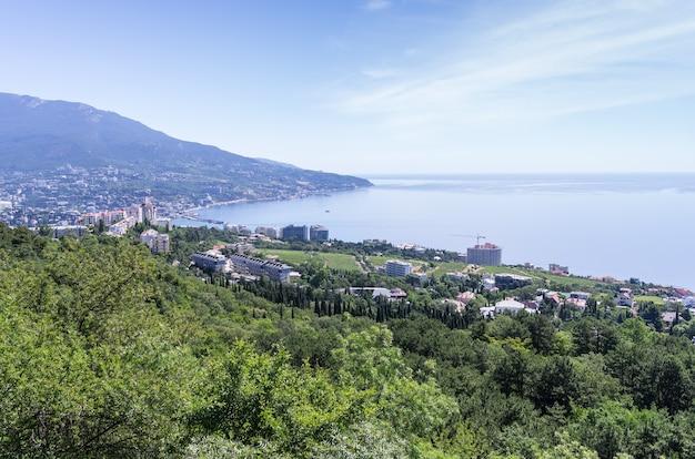 アイペトリ山からのヤルタと黒海の眺め