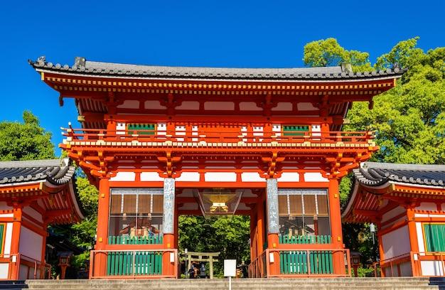Вид на храм ясака дзиндзя в киото, япония
