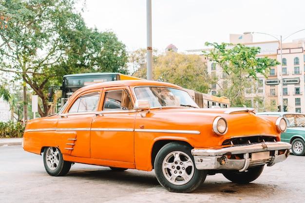 Взгляд желтого классического винтажного автомобиля в старой гаване, кубе