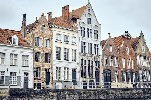 Vista di una vecchia città di bruges in belgio su un cielo bianco