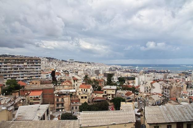 地中海のアフリカのアルジェリア市を見る