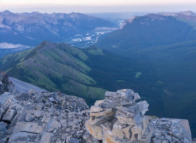 サンセットリムウォールサミットカナダの高山渓谷の眺め